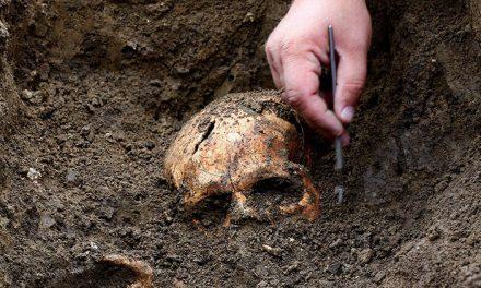 Arqueólogos hallan láminas de oro y plata con hechizos