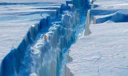 Colosal Iceberg de un billón de Toneladas se aleja de la Antártida